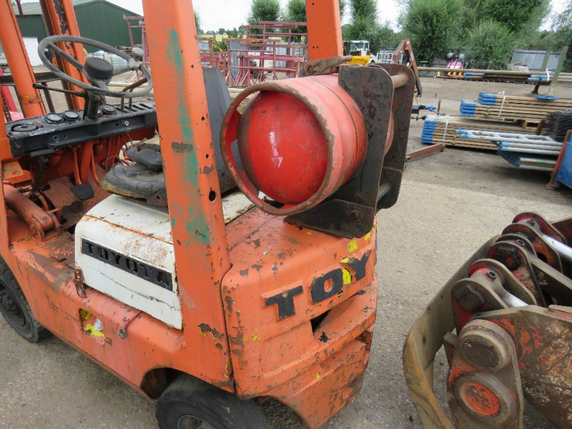 Lot 3 - TOYOTA GAS FORKLIFT ON SOLID TYRES