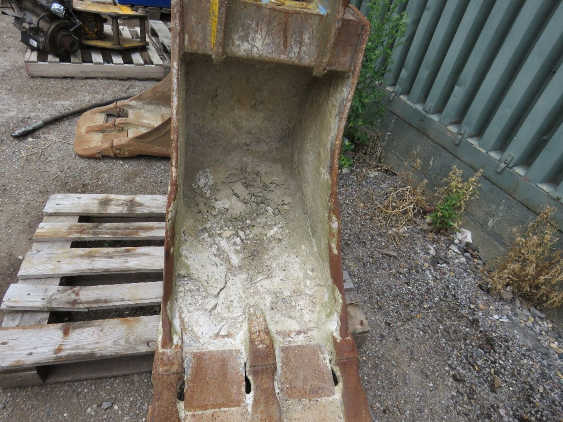 Lot 18 - 2ft Bucket on 65mm pins
