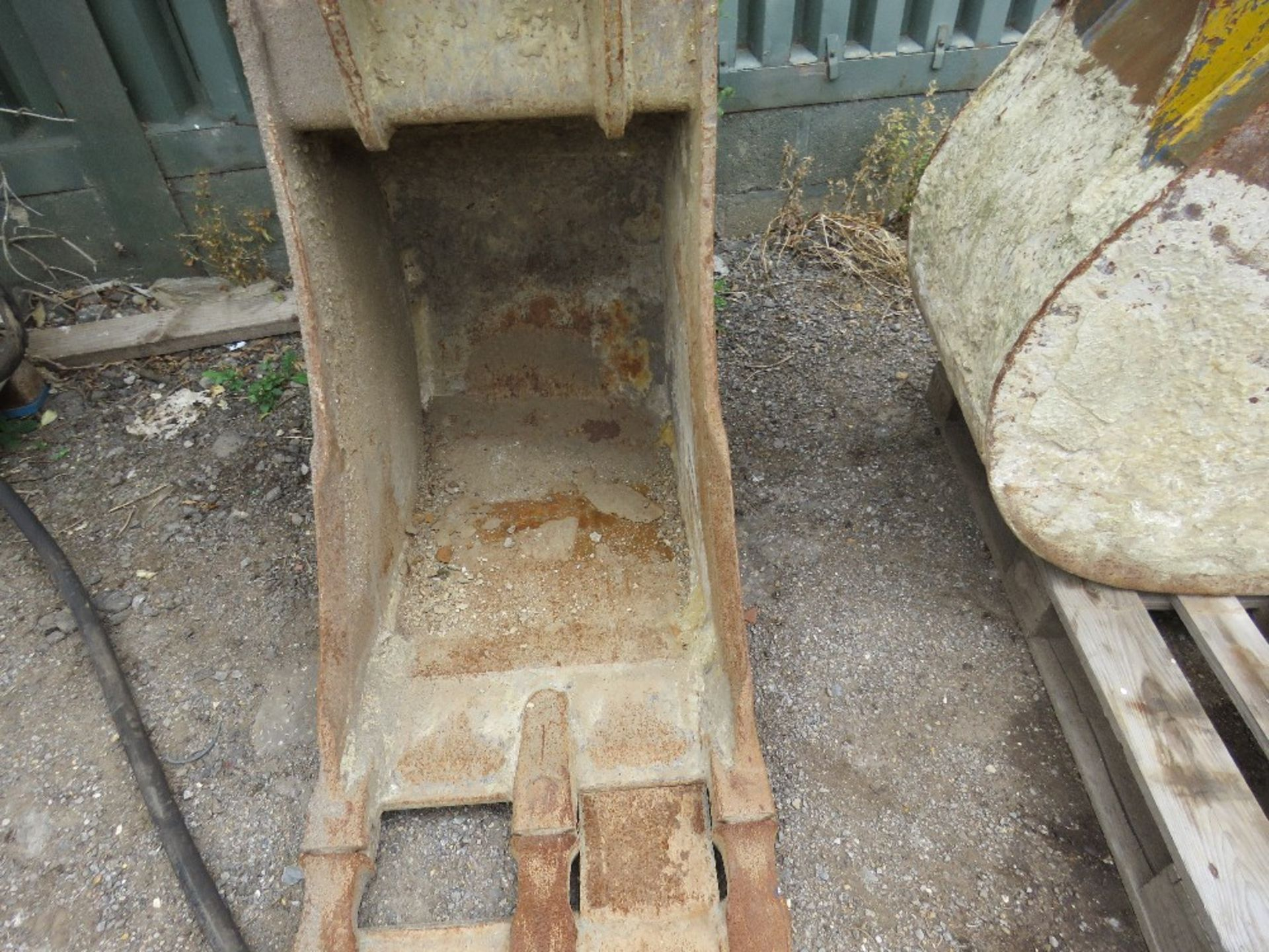 Lot 19 - 2ft Bucket on 65mm pins