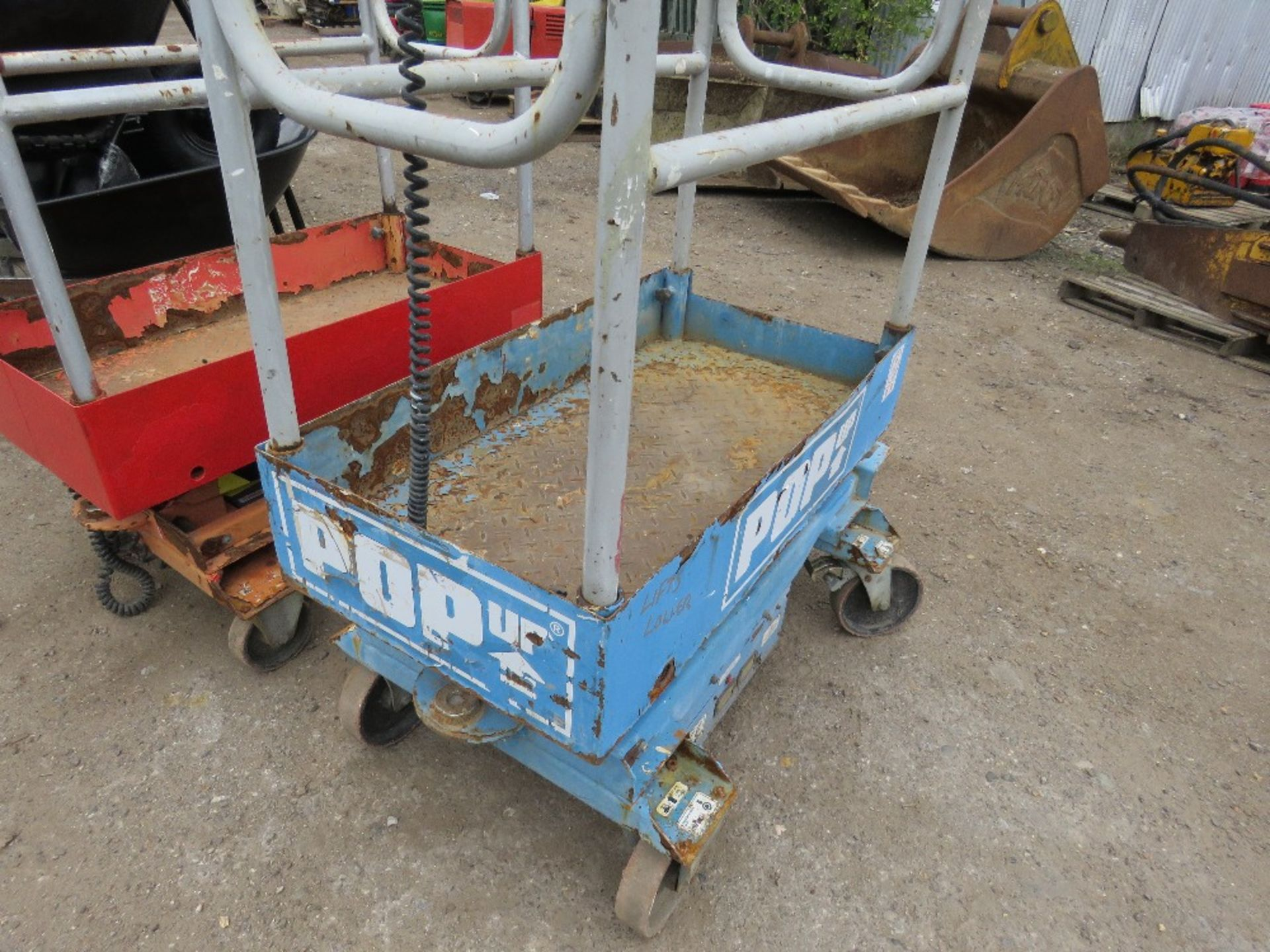 Lot 43 - POPUP POWERED SCISSOR LIFT UNIT. WHEN TESTED WAS SEEN TO LIFT AND LOWER, BATTERY LOW