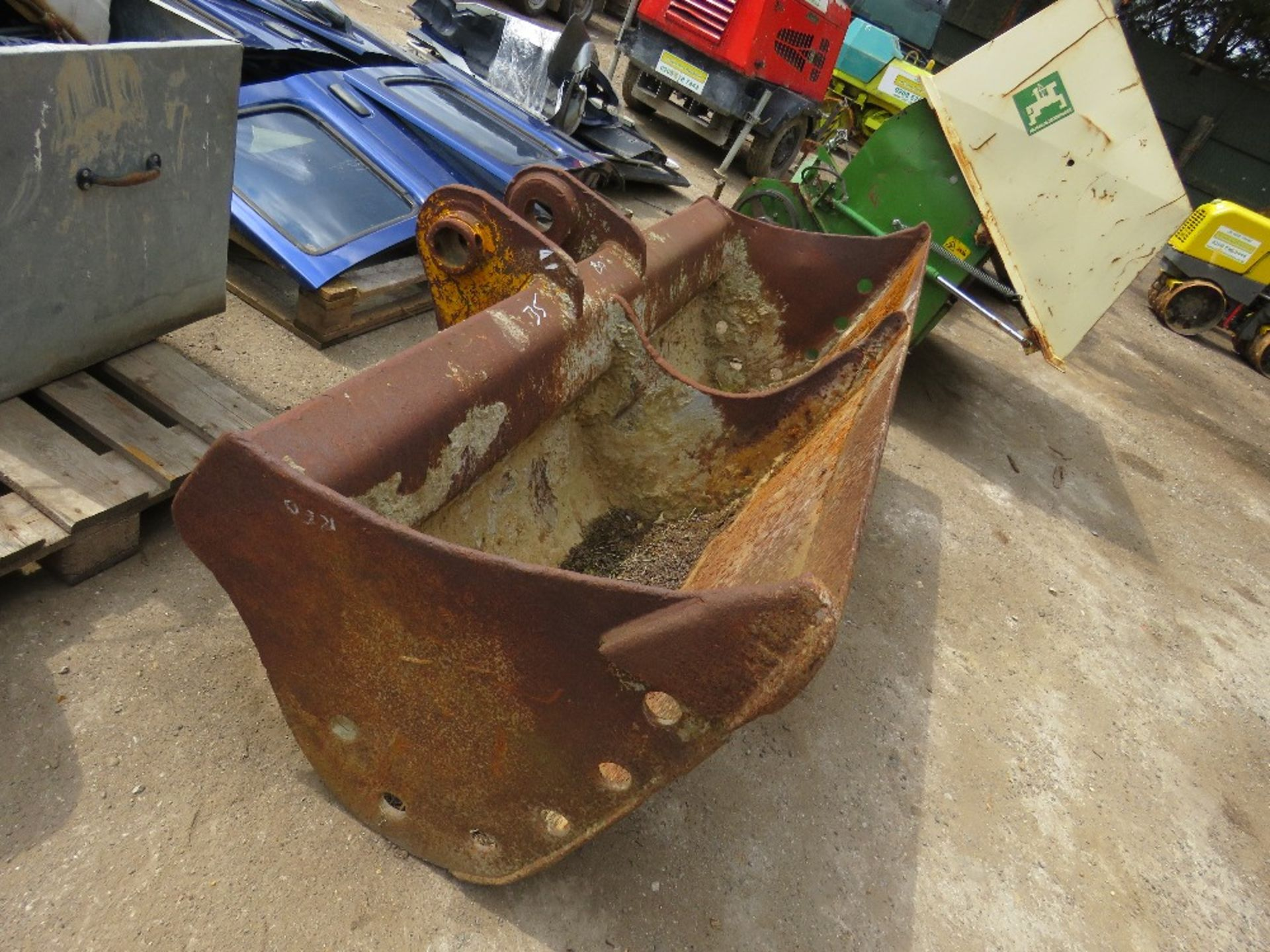 Lot 35 - 7FT APPROX WIDE BUCKET ON 80MM PINS