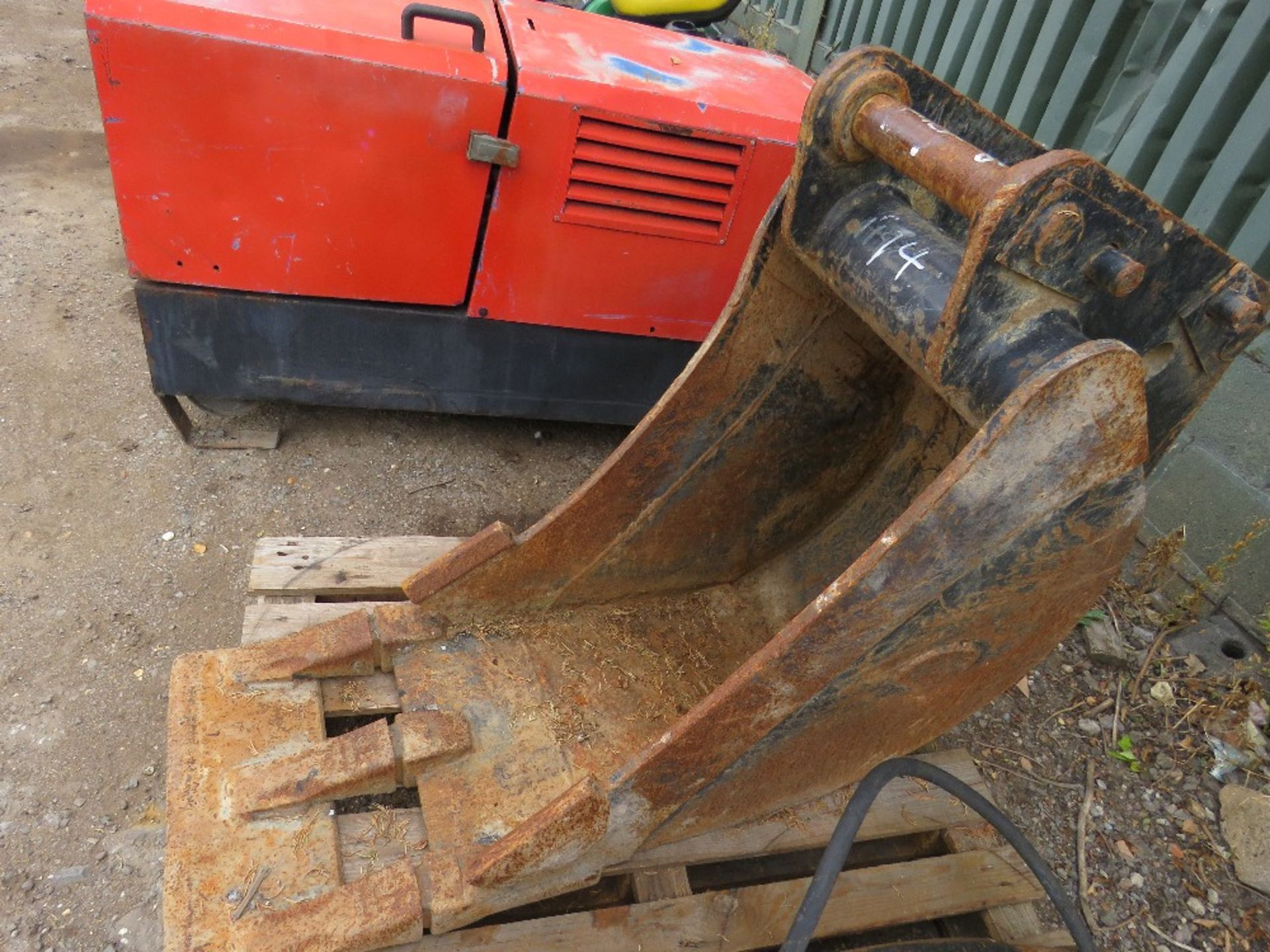 "Lot 14 - STRICKLAND 18"" BUCKET ON 50MM PINS"