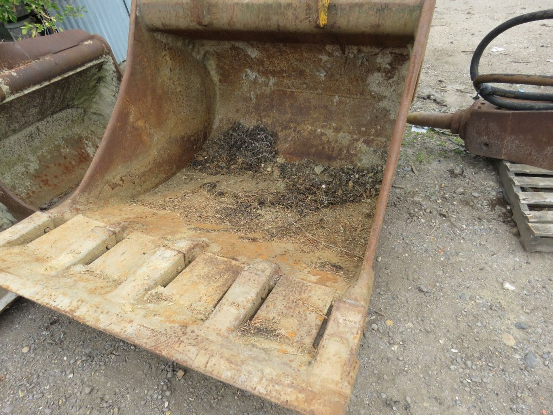 Lot 11 - 1.4m Wide bucket on 100mm pins