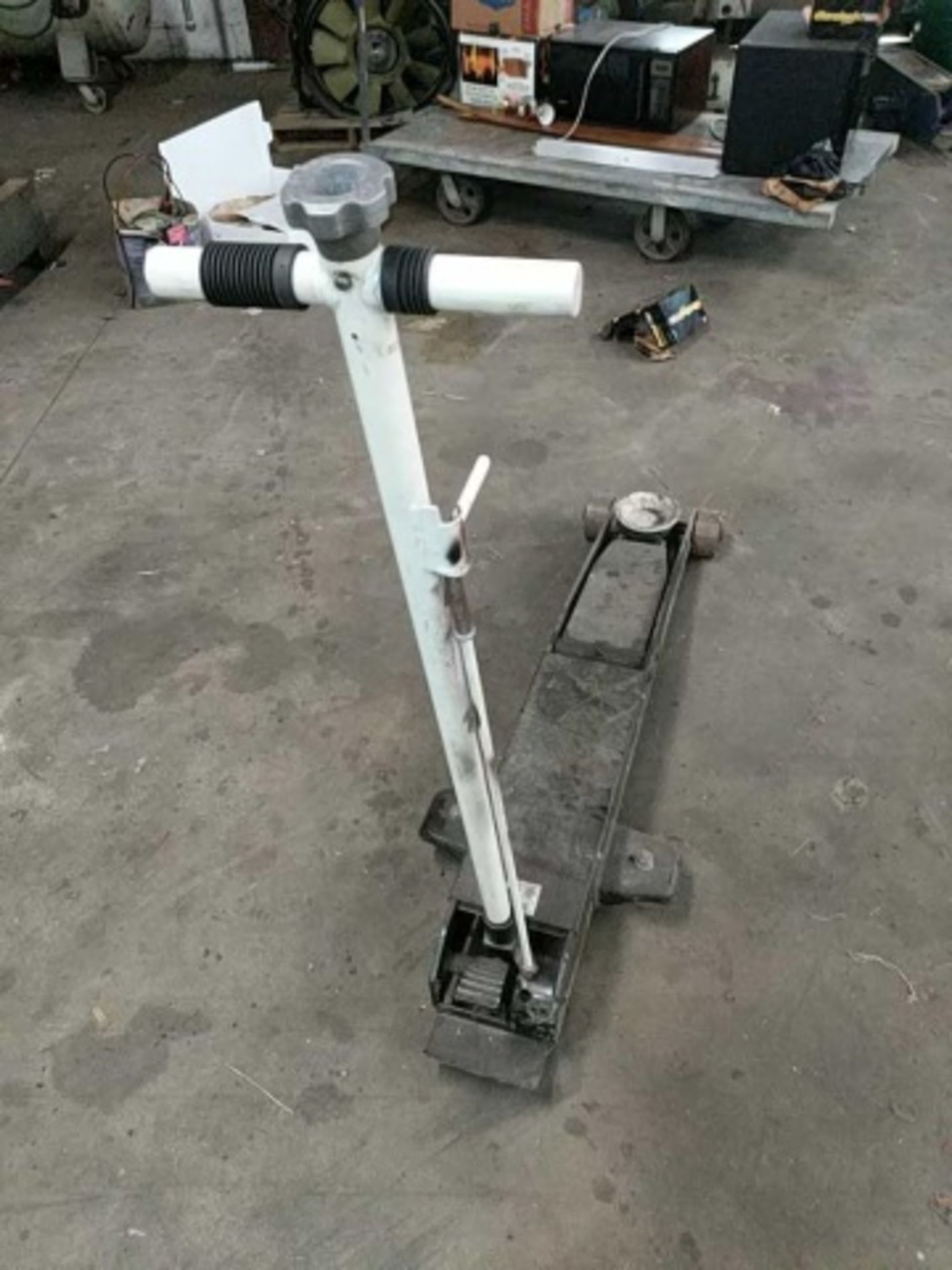 Hydraulic Floor Jack model 22050C - Image 2 of 3