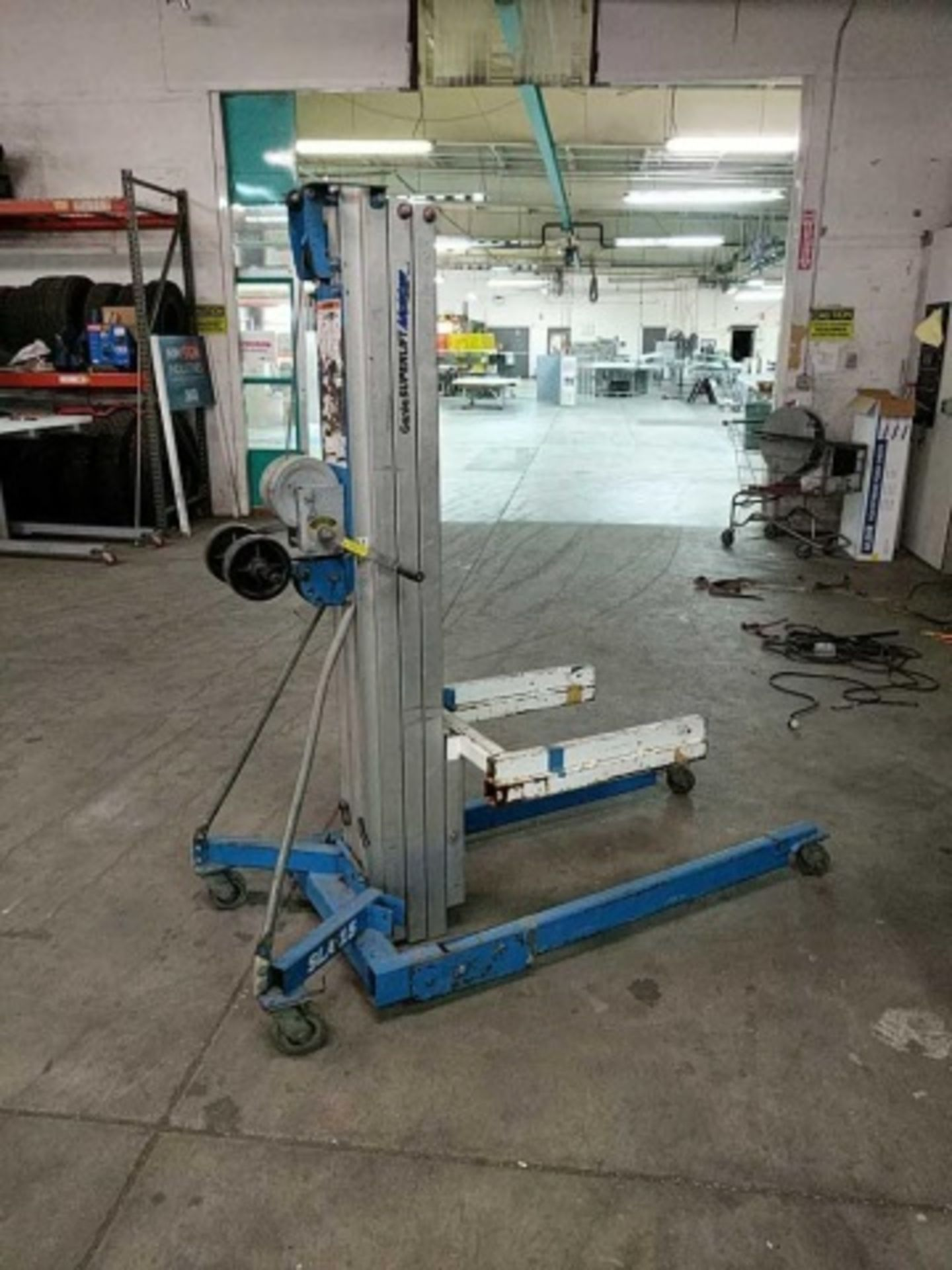 Genie Superlift Advantage Manual Material Lift - Image 3 of 5