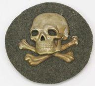 Flammenwerferabzeichen I. WeltkriegMetallplatte mit Filz, aufgelegter Totenkopf, hinten drei
