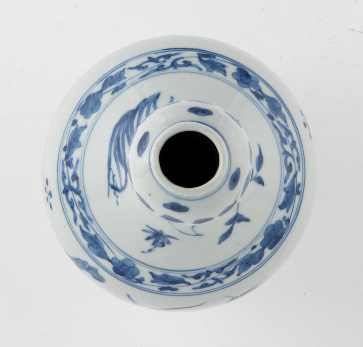 Lot 43 - A Chinese Transition type blue and white garlic neck bottle vase with floral design, H 36,5 cm