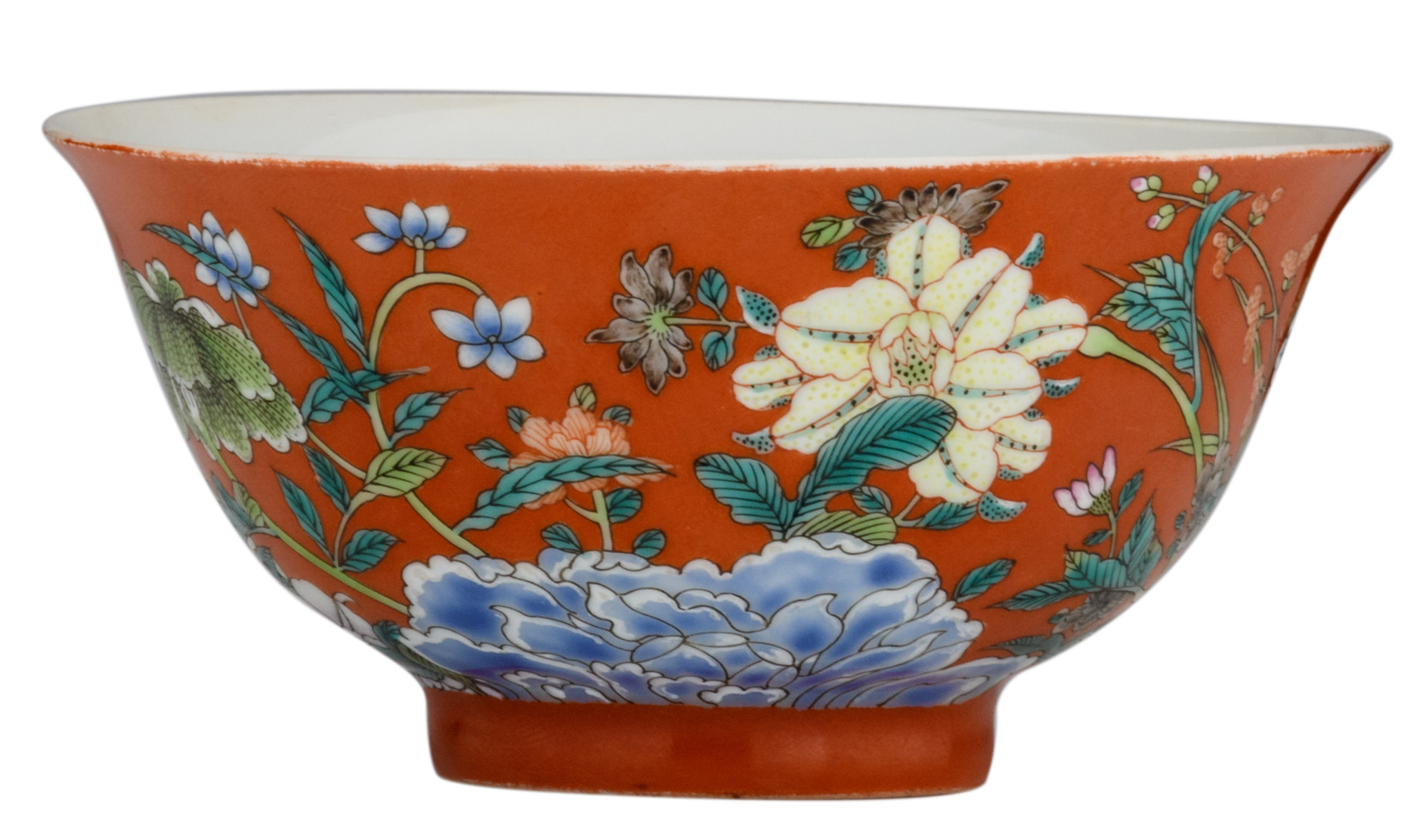 Lot 13 - A Chinese coral ground famille rose 'floral' bowl, marked Qianlong, H 5,5 - ø 12 cm