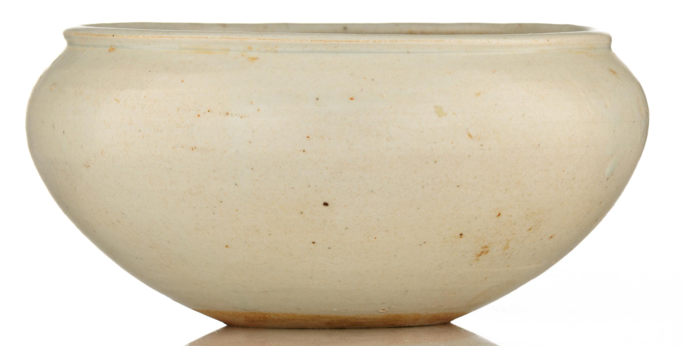 Lot 21 - An early Yue type bowl, H 8 - ø 16,5 cm