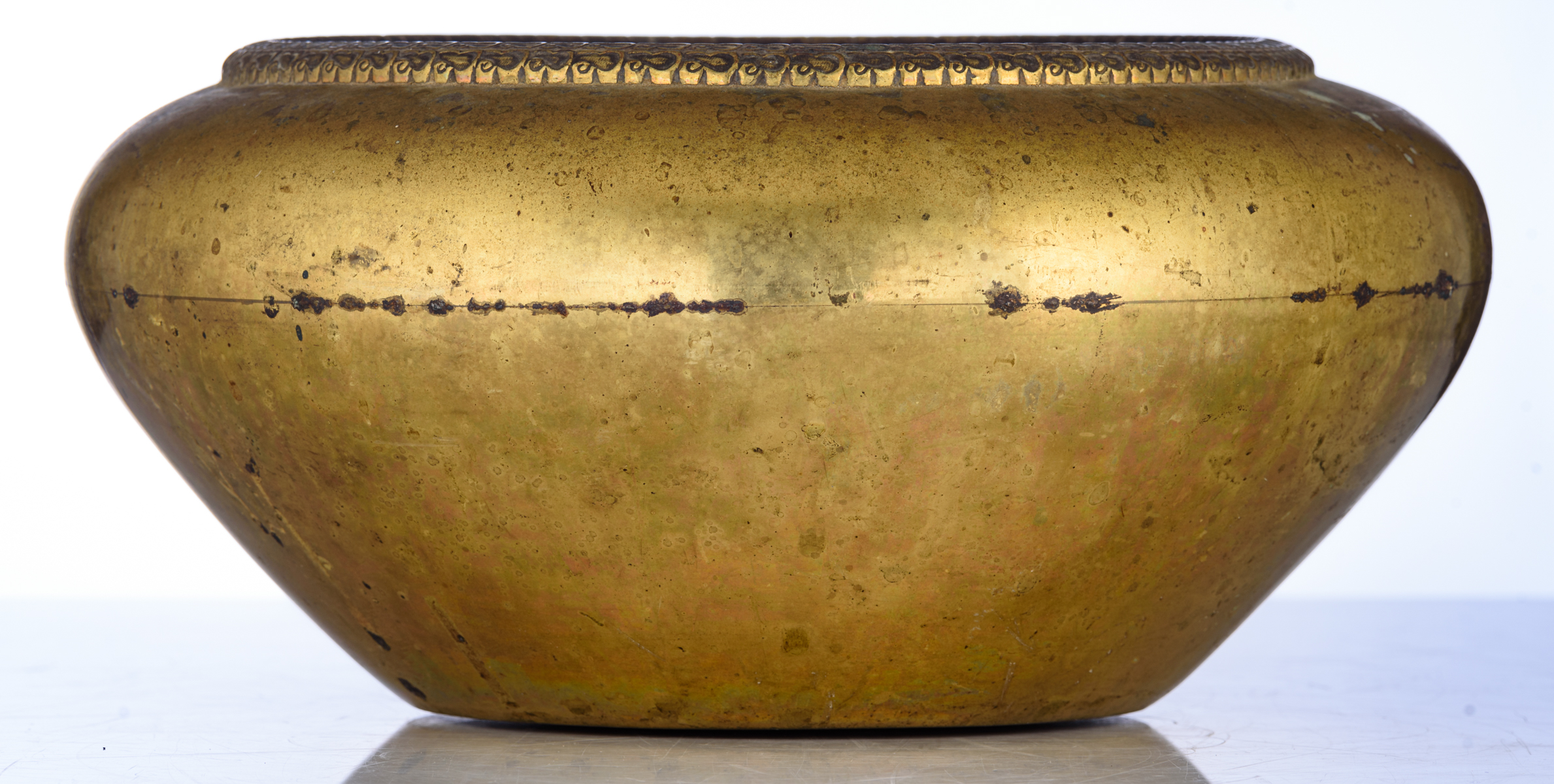 Lot 10 - A Chinese gilt bronze incense burner, with a Xuande mark encircled by dragons, H 15,5 - ø 31 cm