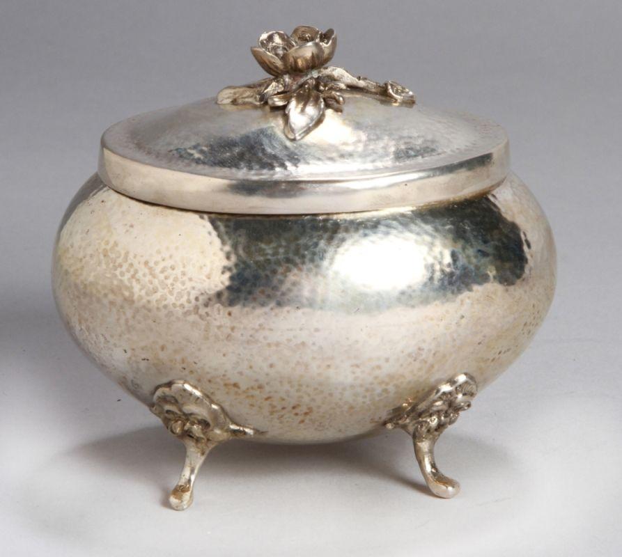 Lot 11 - Zuckerdose, dt., Mitte 20. Jh., Silber 800, ovale Form auf 4 Füßen, gebauchter Korpus,scharnierter