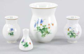 """4 kl. VasenPorzellan, Meissen, 20.Jh. In verschied. Ausführungen die gebauchten Vasen m. polychr. """""""