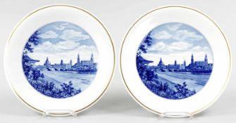 2 WandtellerPorzellan, Meissen, 20.Jh. Flache Teller m. unterglasurblauen Dresden-Ansichten im