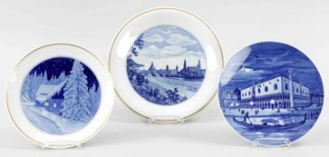 3 WandtellerPorzellan, Meissen, 2.H.20.Jh. Blaudekore m. Darstellungen v. Dresden, dem Dogenpalast