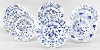 """12 SpeisetellerPorzellan, Meissen, überwiegend um 1900/20.Jh. Unterglasurblauer """"Zwiebelmuster""""-"""