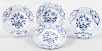 """4 DessertellerPorzellan, Meissen, um 1880/90 Unterglasurblauer """"Zwiebelmuster""""-Dekor. Fahne m."""