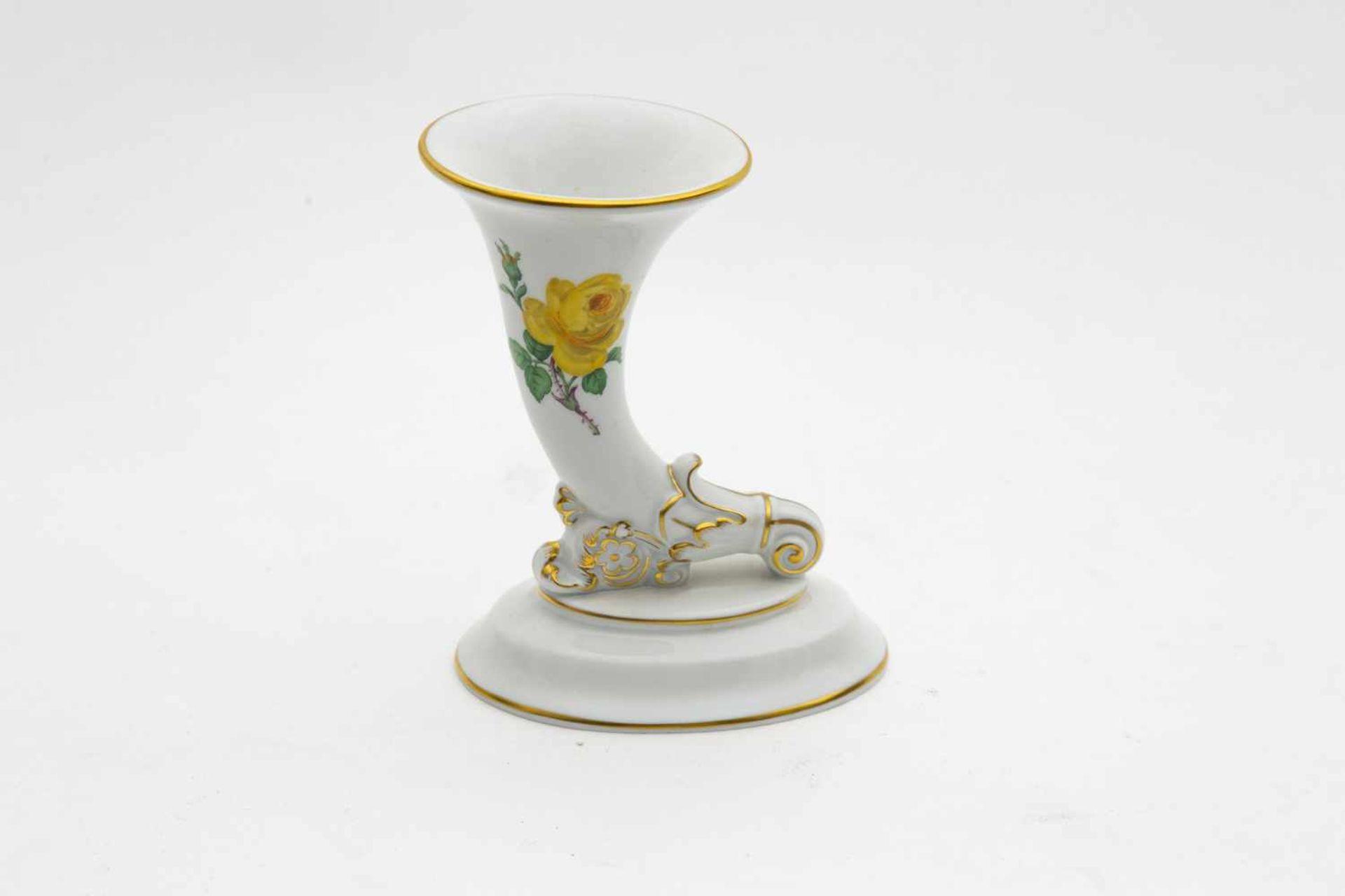 """Meissen Vase,""""Füllhorn"""", blaue Schwertermarke, I. Wahl, Decor: gelbe Rose, Höhe 12,5 cm"""