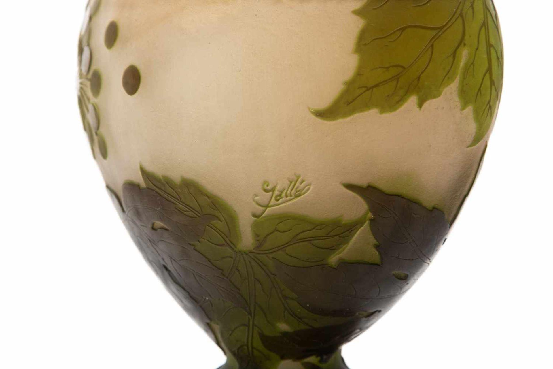 Gallé Vase um 1900Blüten und Blätter Dekor, 4 farbig geätzt und geschliffen, Höhe 32 cm - Bild 3 aus 3