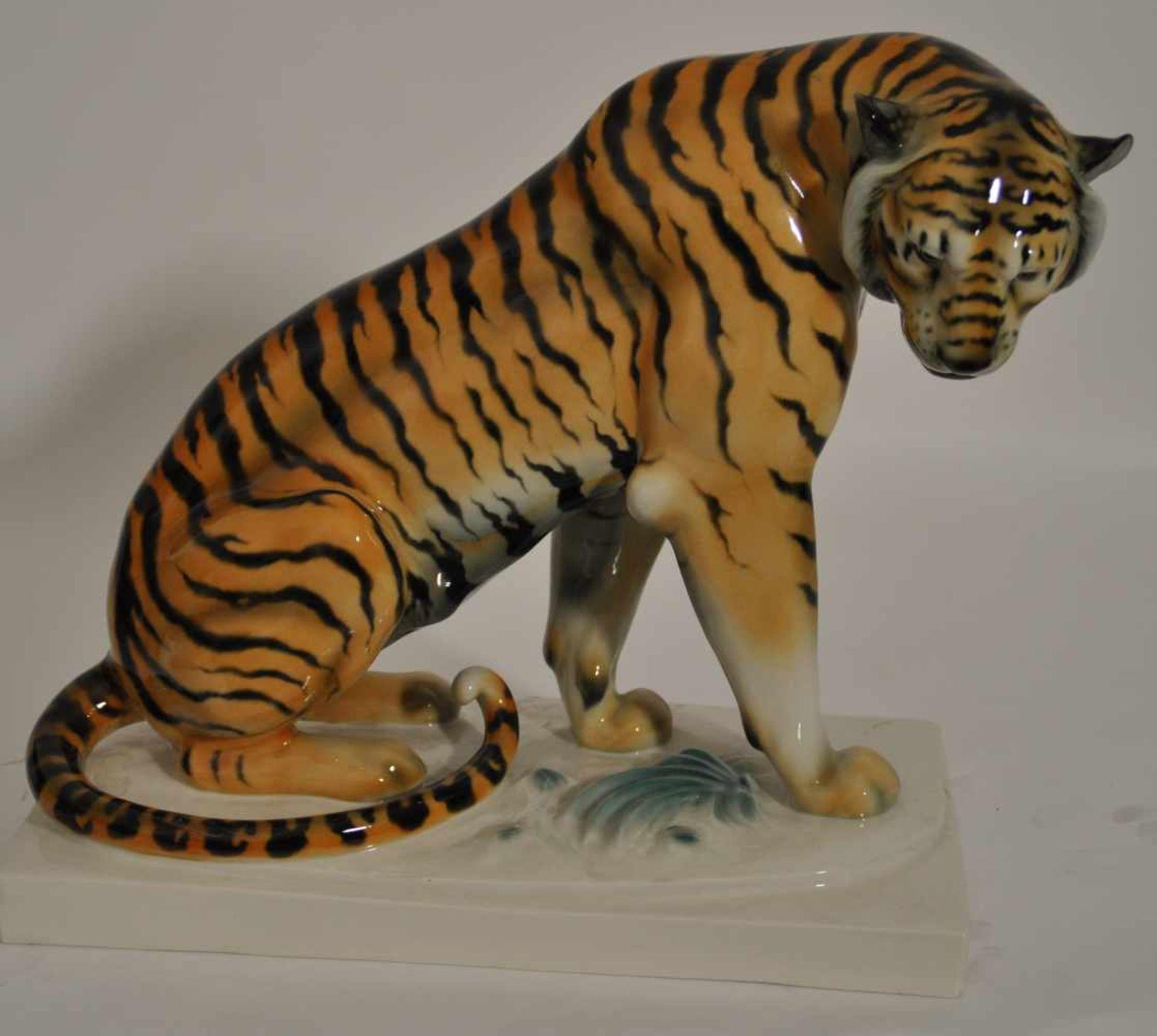 """Porzellanfigur,Sitzender Tiger"""", Schwarzburger Werkstätten, Fuchsmarke, Entwurf von Arthur Storch ("""