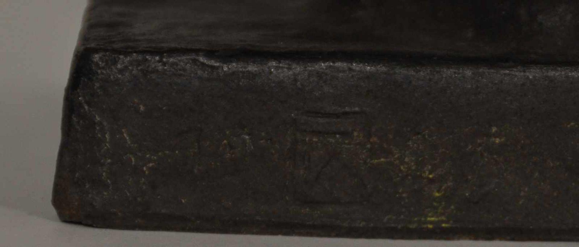 """Braunbär, deutsch 1920,dunkelbrauner Ton, gebrannt, Monogrammist """"EW"""" und 1920 datiert, 30 x 40 x 16 - Bild 2 aus 2"""