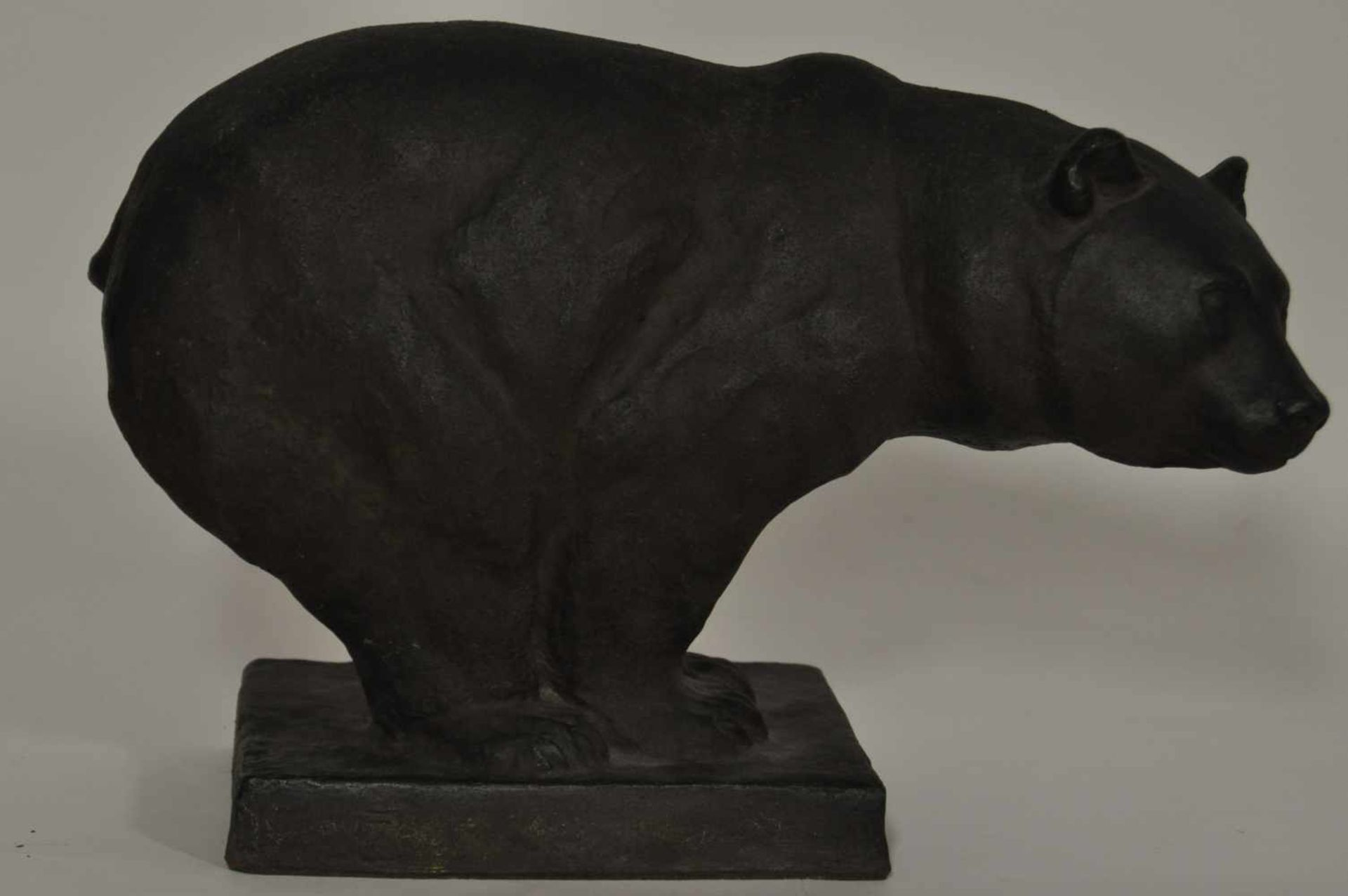 """Braunbär, deutsch 1920,dunkelbrauner Ton, gebrannt, Monogrammist """"EW"""" und 1920 datiert, 30 x 40 x 16"""