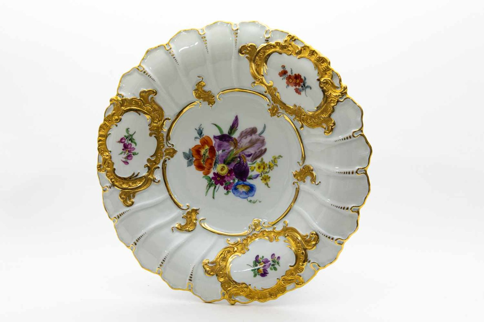 Großer Ziertellerblaue Schwertermarke Meissen, Blumen- und Golddekor, Dm 29,5 cm, I. Wahl,Unterseite