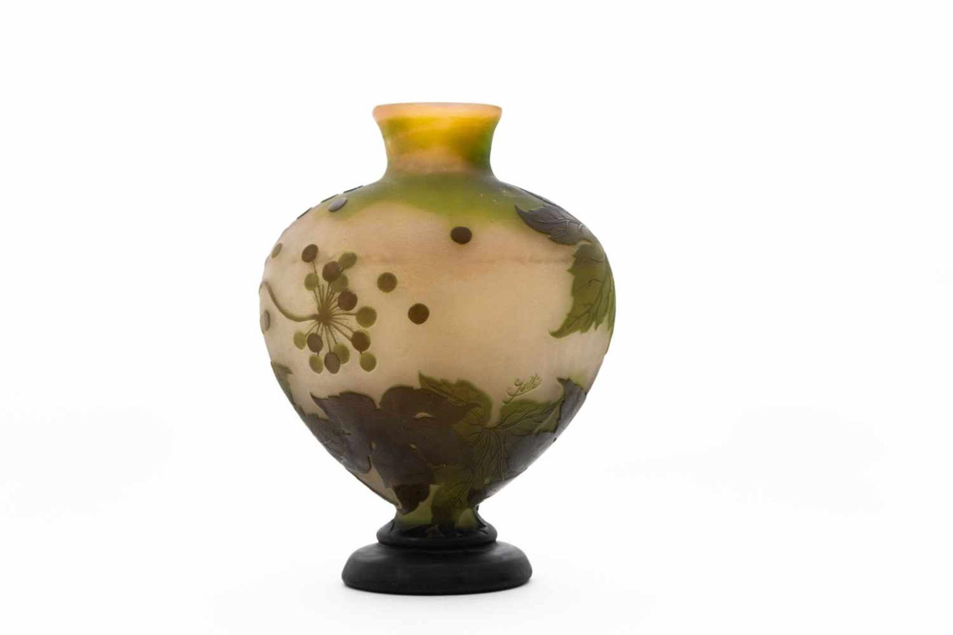 Gallé Vase um 1900Blüten und Blätter Dekor, 4 farbig geätzt und geschliffen, Höhe 32 cm