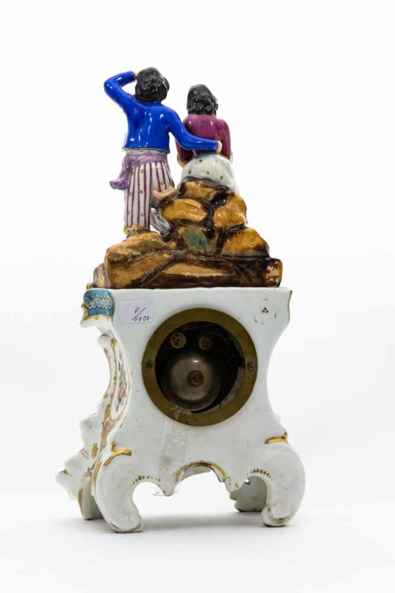 Porzellan - Uhr,Ungarn um 1860, Pärchen auf Felsen, Höhe 35 cm, Aufsatz lose. - Bild 2 aus 3