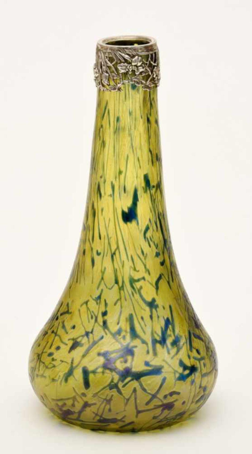 Jugendstilvase, (wohl Joh. Loetz Witwe um 1900)gelblich/grün irisiertes Glas, grün/violette
