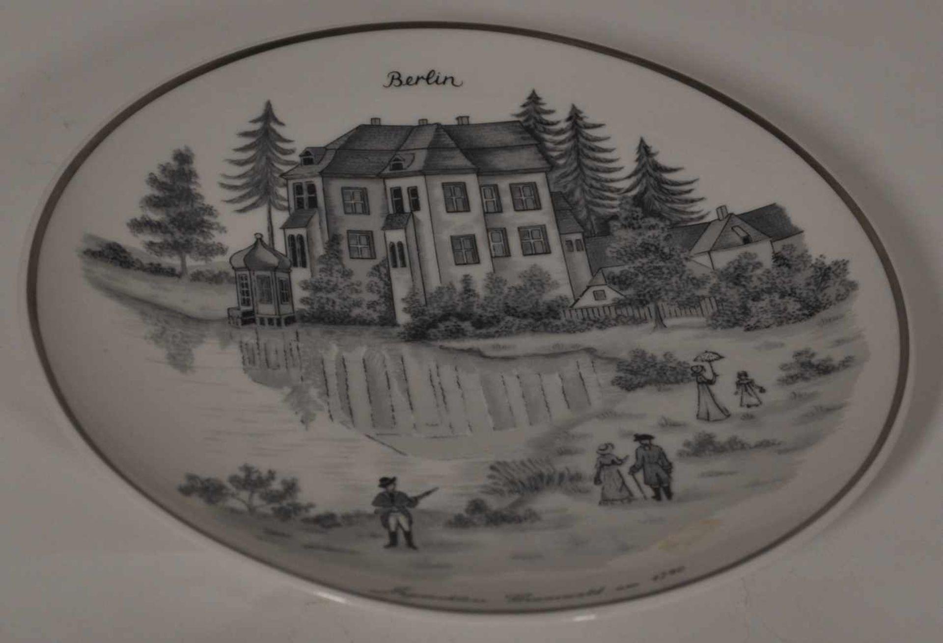 """2 KPM Wandteller,""""Jagdschloss Grunewald"""", blaue Zeptermarke, Dm 19 cm"""