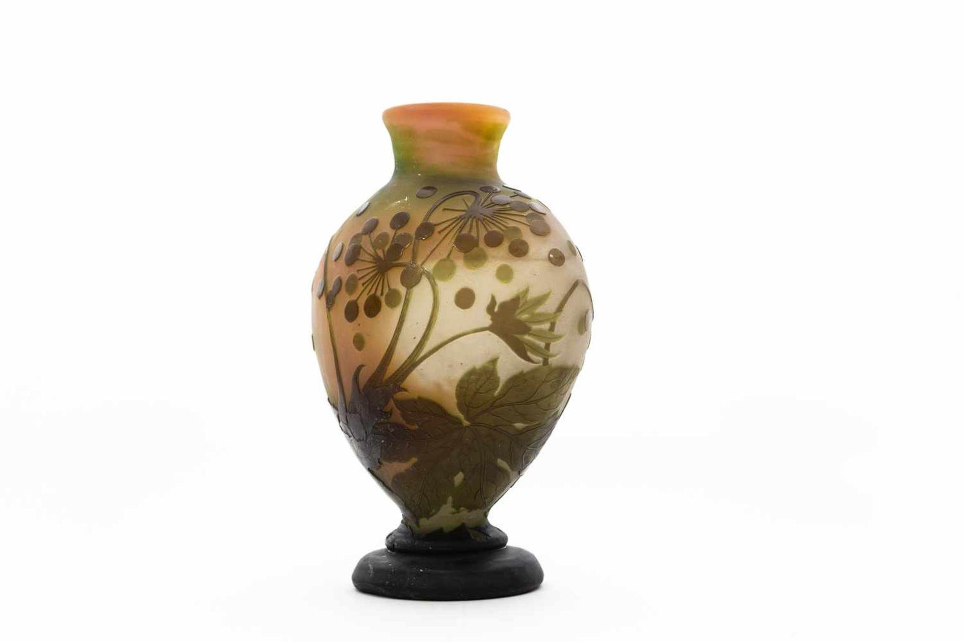 Gallé Vase um 1900Blüten und Blätter Dekor, 4 farbig geätzt und geschliffen, Höhe 32 cm - Bild 2 aus 3