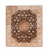 Indischer TeppichSeide auf Wolle, 242 cm x 153 cm, leicht abgetretenDieses Los wird in einer