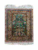 Hereke mit GebetsnischeSeide auf Seide, 113 cm x 61 cm, Fransen an einem Ende etwas fleckigDieses