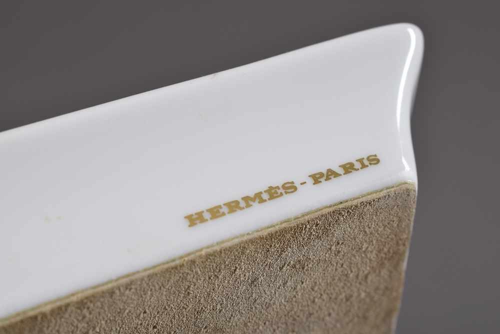 """Lot 34 - 4 Kleine Hermès Porzellan Ascher """"Rennpferde"""", farbiges Druckdekor, 8x6cm4 Hermès porcelain ashtrays"""