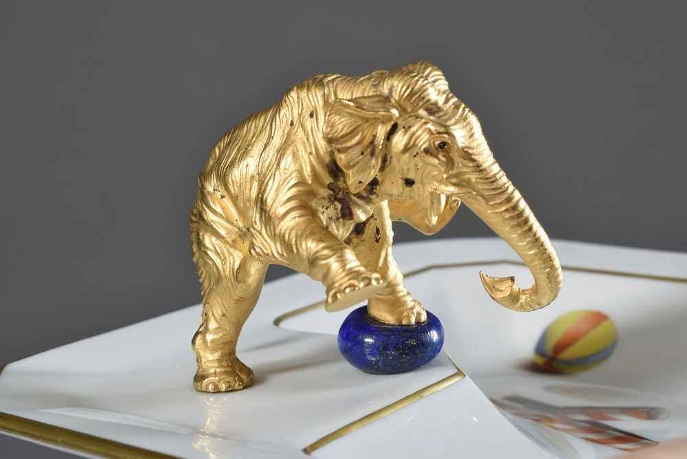 """Lot 39 - Juwelier Friedrich Ascher mit plastischem vergoldetem Bronze """"Elefant"""" auf Höchst Porzellanschale,"""