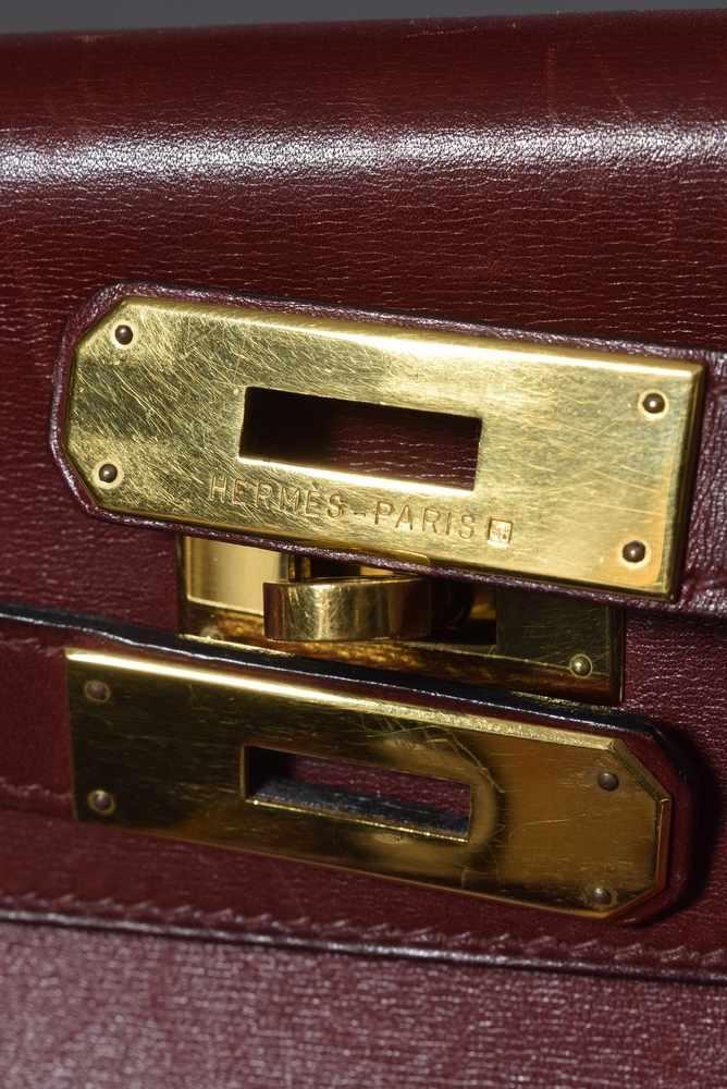 """Lot 1 - Hermès """"Kelly"""" Bag, dunkelrotes Leder mit Schulterriemen, 80er Jahre, 23x32cm, leichte"""