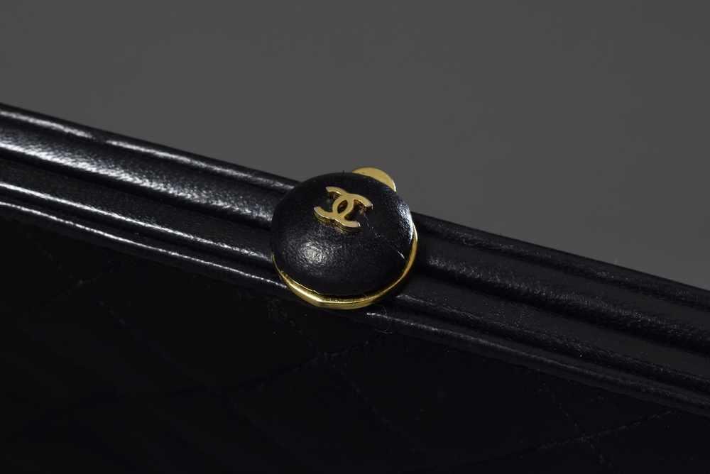 Lot 44 - CHANEL Abendtasche aus gestepptem Satin mit festem Handbügel und kleinem Verschlussknopf, innen
