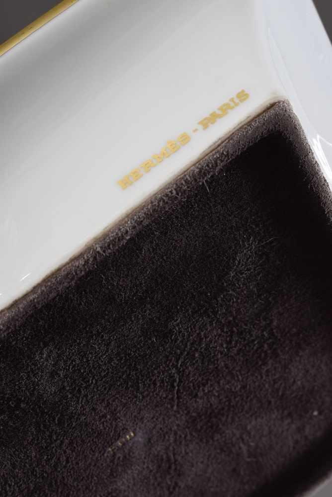 """Lot 25 - Hermès Porzellan Ascher """"Zwei Elefanten"""", farbiges Druckdekor, 19x16,5cm, etwas beriebenHermès"""