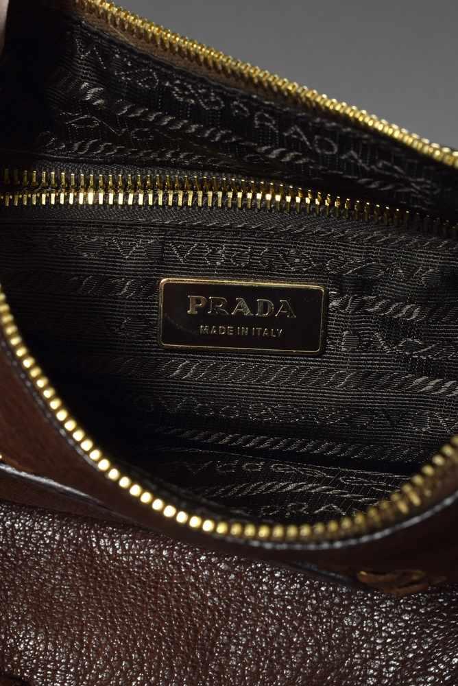 Lot 48 - Prada Schultertasche in braunem Leder mit goldfarbenen Nietendetails, innen mit Logofutter,