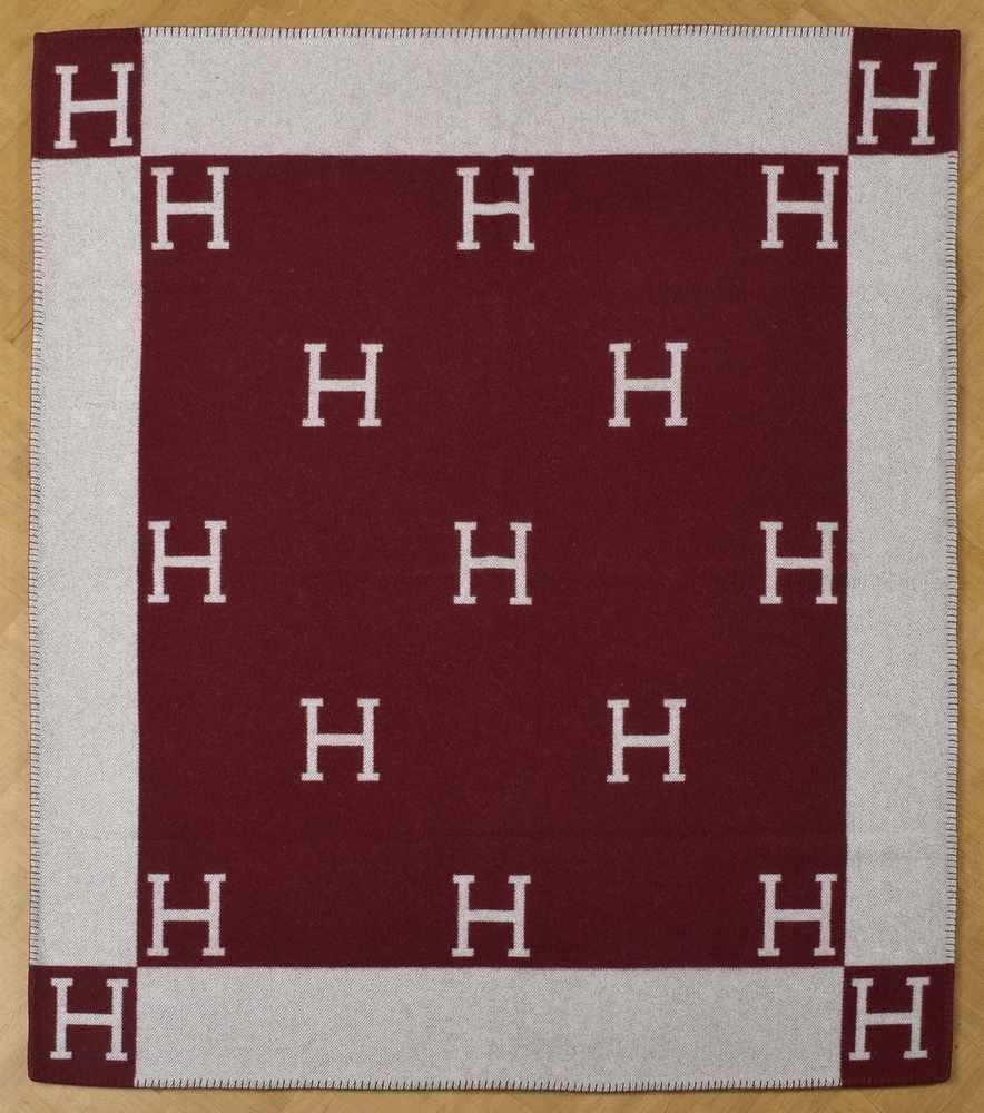 """Lot 20 - Hermès Decke """"H"""" in bordeaux/ecru, 85% Wolle/15% Kaschmir, 166x136cmHermès Decke ''H'' in bordeaux/"""