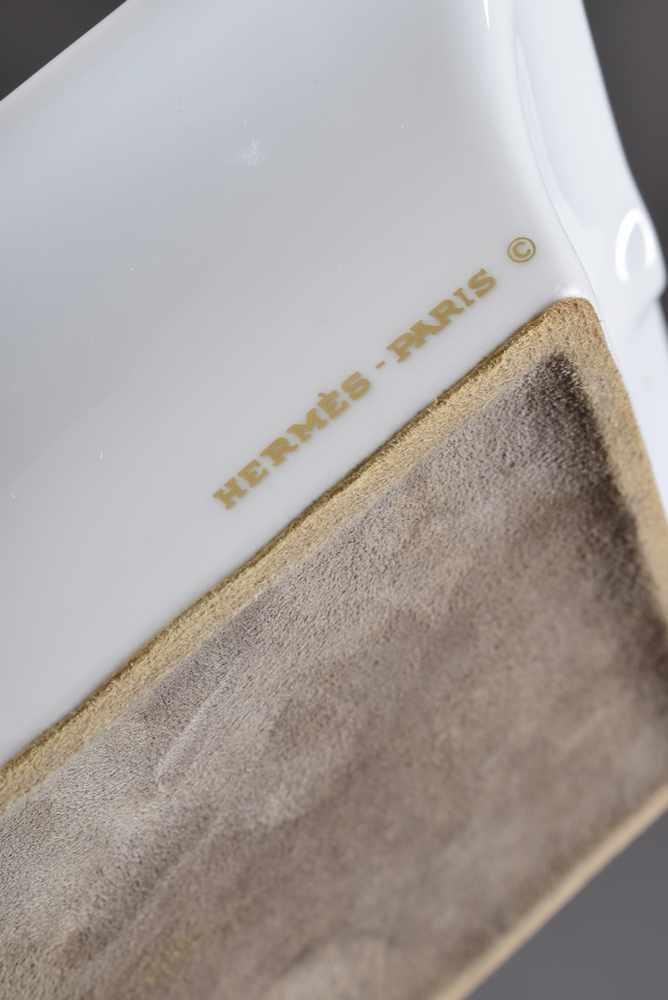 """Lot 27 - Hermès Porzellan Ascher """"Zwei Hunde auf Sessel liegend"""", farbiges Druckdekor, 19,5x16cmHermès"""