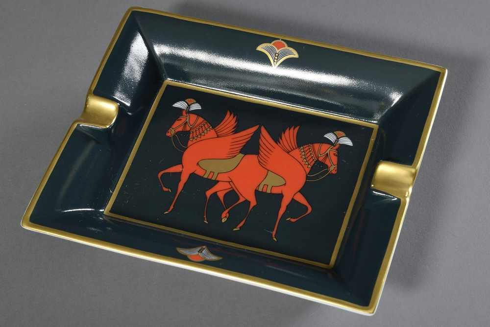 "Lot 31 - Hermès Porzellan Ascher ""Roter Pegasus"", farbiges Druckdekor, 19x15,5cmHermès ashtray ''Red"