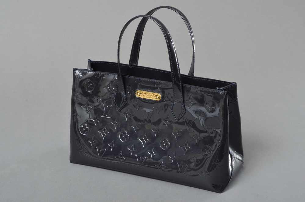 """Lot 45 - Louis Vuitton """"Wilshire PM"""" Tasche, Monogram Vernis, blue nuit, 18x31x11cm, leichte TragespurenLouis"""