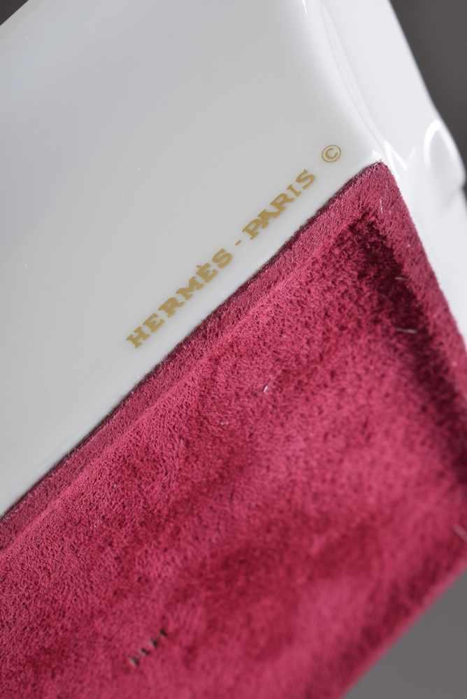 """Lot 26 - Hermès Porzellan Ascher """"Pferd mit roter Decke"""", farbiges Druckdekor, 19,5x16cmHermès porcelain"""