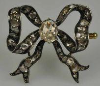 BROSCHE in Schleifenform, besetzt mit Rosendiamanten in der Mitte grosser Diamant um 1ct in