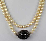 LANGE ZUCHTPERLENKETTE gleichmässig sortierte Perlen um 6,5mm, geknotet, Silberverschluß in