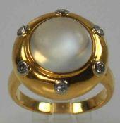 RING rund, mittig mattierter Mondsteincabochon mit starken Gebrauchsspuren, am Fassungsrand