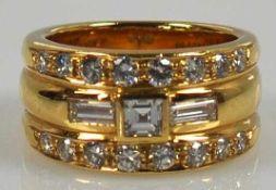 BRILLANTRING breites, dreifach geripptes Band mittig besetzt mit Diamantquadrat und seitlichen