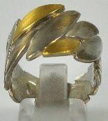 BREITER RING aus unregelmässig arrangierten blattförmigen Elementen, Sterlingsilber teilvergoldet,