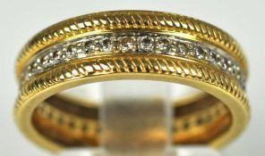 RING in der Mitte besetzt mit kleinen Diamanten als Band rundum, gesamt 0,36ct, verzierte Ränder,